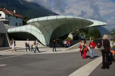 Architettura e scultura si identificano nella stazione di Zaha Adid a Innsbruck  (foto di Wolfgang Glock da Wikimedia Commons).