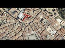 Edificio d'angolo in una piazza su due livelli (da Google Earth, 536 m. di altezza).