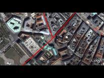 L'edificio è la testata dell'isolato sulla piazza (da Google Earth, 535 m. di altezza).