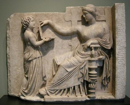 Arte tombale greca: Donna con la sua schiavetta. Getty Villa, USA. Fonte: Wikimedia.