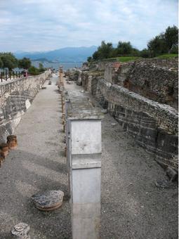 """""""Grotte di Catullo"""". Sirmione sul Garda. Resti di un'imponente villa romana. Foto di F.A. Locati, da Wikimedia."""