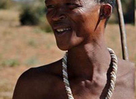 Membro della popolazione San, attuali cacciatori-raccoglitori (Namibia, Africa). Fonte: Wikipedia.