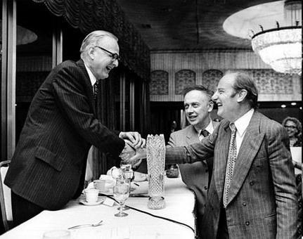 McCarty saluta Crick e Watson. Fonte: Wikipedia.