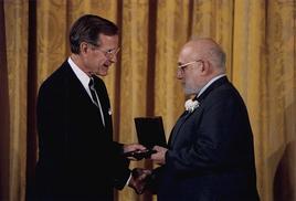 Joshua Lederberg mentre riceve la medaglia nazionale per la Scienza dal Presidente G. H. W. Bush (1989). Fonte: Wikipedia