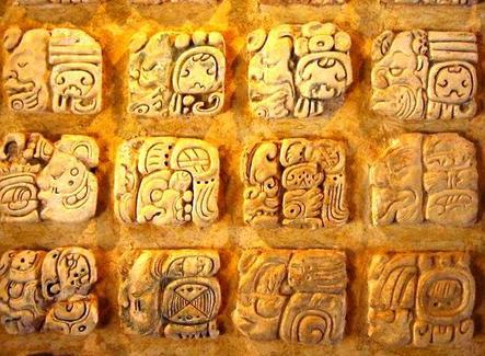Glifi Maya in stucco presso il Museo de sitio  In Palenque, Mexico. Fonte: wikipedia