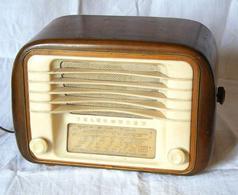 Le trasmissioni dell'EIAR (Ente Italiano per le Audizioni Radiofoniche) erano la voce pubblica e diffusa del Regime fascista. Immagine da Wikimedia.