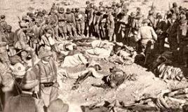 Soldati italiani davanti ai corpi di libici caduti (1912). Fonte: Wikipedia.