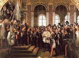 La proclamazione dell'Impero tedesco a Versailles. Bismarck in bianco al centro. Fonte: Wikipedia.