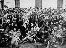 Trotsky e Lenin  (al centro in piedi) in una foto scattata con alcuni soldati di Pietrogrado, 1921. Fonte: Wikipedia.