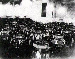 La sala di contrattazione azioni del New York Stock Exchange appena dopo il crollo del 1929. Fonte: Wikipedia.