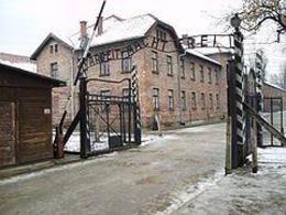 """L'ingresso di Auschwitz con la scritta """"Arbeit macht frei"""" (Il lavoro rende liberi). Fonte:  Wikipedia."""
