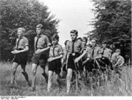 Ragazzi della Hitler-Jugend, l'organizzazione giovanile nazista. Fonte: Wikipedia.