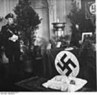 L'offerta del neonato all'altare nazista. Fonte: Wikipedia.