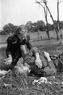Una ragazza polacca di 10 anni piange la morte della sorella maggiore, vittima di un attacco aereo della Luftwaffe. Fonte: Wikipedia.