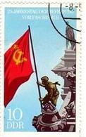 Francobollo della Germania Est che rievoca la Bandiera sovietica sul Reichstag. Fonte: Wikipedia.