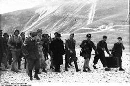 I tedeschi portano via Mussolini dal Gran Sasso. Fonte: Wikipedia.