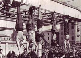 I corpi di Mussolini, della Petacci e degli altri gerarchi esposti a piazzale Loreto. Fonte: Wikipedia.
