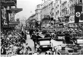 Parata di gerarchi nazisti pro-Anschluss a Vienna.  Fonte: Wikipedia.