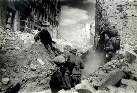 Soldati russi si battono tra le rovine di Stalingrado. Fonte: Wikipedia.
