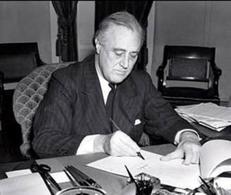Roosevelt firma il Lend-Lease (la legge Affitti e prestiti) nel 1941. Fonte: Wikipedia.