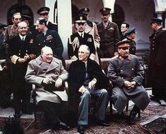 Churchill, Roosevelt e Stalin alla conferenza di Jalta, 1945. Nella foto si riconosce anche Molotov (estrema sinistra). Fonte: Wikipedia.