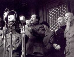 Mao proclama la nascita della Repubblica Popolare Cinese l'1 ottobre 1949. Fonte: Wikipedia.