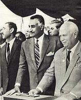 Gamal Abd El-Nasser alla cerimonia d'inaugurazione dell'Alta Diga di Assuan, con il Primo Ministro sovietico Nikita Krusciov. Fonte: Wikipedia.
