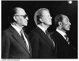 Il Presidente Carter fra Begin e Sadat a Camp David. Fonte: Wikipedia.