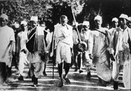 Mahatma Gandhi (1869-1948) durante la marcia contro la tassa del sale nel 1930.