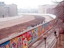 Il muro prima del 1989 con il lato occidentale coperto di graffiti. Fonte: Wikipedia.