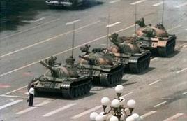 Uno sconosciuto dimostrante ferma per un momento i carri armati a Tien An Men. Fonte: Wikipedia.