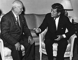 Krusciov e Kennedy nel 1961. Fonte: Wikipedia.