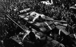 Folla di dimostranti che circonda alcuni carri armati sovietici durante i primi giorni dell'invasione. Fonte: Wikipedia.