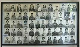 Foto di vittime dei Khmer Rossi allineate alle pareti del museo di Tuol Sleng. Fonte: Wikipedia.