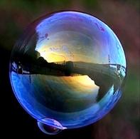 Golden Gate Bridge is reflected in a soap bubble. Fonte: Wikimedia Commons