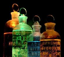 Chemicals in flasks. Fonte: Wikimedia Commons