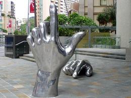 Sculpture Hands (2003) by Sebastian Di Mauro near the CUA building in Brisbane/Australia. Fonte: Wikimedia Commons